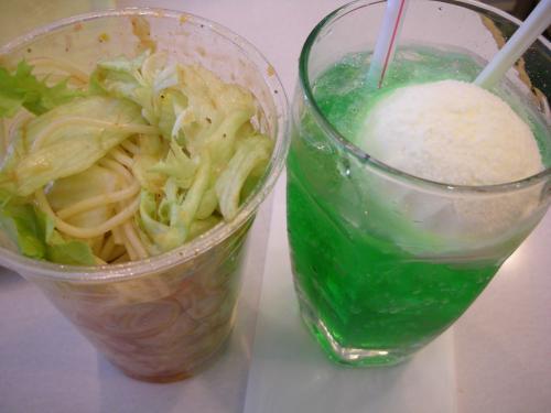 福岡空港のバンテルンにて朝食。<br />クリームソーダとサラダスパゲッティ。<br />ヘンな組み合わせ(笑)。