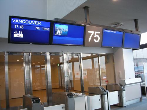 出国手続を済ませて、<br />免税店で化粧品をちょこっと購入。<br />早めに搭乗ゲートへ。<br /><br />多数の民族が暮らすカナダ便だからか、<br />搭乗ゲートではいろんな国の言葉が飛び交ってます。<br />