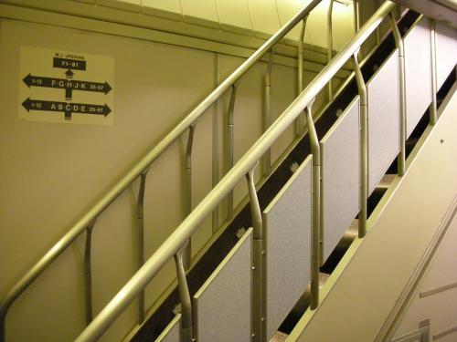 エコノミー症候群対策のために<br />長時間フライトの際は数時間おきに機内を散歩します。<br />コレは2F席に上がる階段。