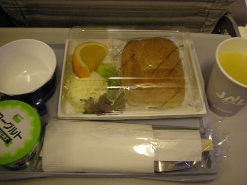 機内食。<br />デニッシュペイストリー<br />エッグサラダとオレンジ<br />プレーンヨーグルト