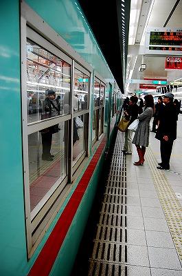 この電車に乗り込みます。<br /><br />西鉄天神大牟田線で二日市駅まで行き、そこで西鉄太宰府線に乗り換えます。<br />太宰府までは約30分程。<br /><br />二日市から太宰府までの電車はものすごく混んでいました。お天気もまずまずで、梅も咲いているだろう日曜日。やはり太宰府に行く人は多いのでしょう。