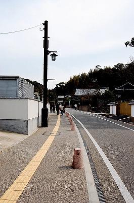 太宰府駅から、天満宮の参道ではない右側の細い路を歩いていきます。<br />日も射してきてポカポカしてきました。<br />のどかな道です。<br />ここをずーっと歩いていくと、九州国立博物館の西側のアクセスに続いています。<br /><br />この道を5分ほど歩くと右手に「光明禅寺」があります。