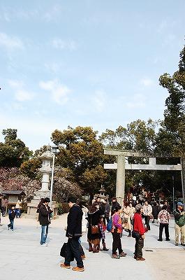「中世の鳥居」<br />天満宮の入口?というのでしょうか。<br />心字池、太鼓橋の手前の所です。<br /><br />人がいっぱい!<br />韓国や、中国(香港or台湾?)の団体観光客の方達も見かけました。