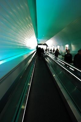 天満宮→博物館へのトンネル状の通路。<br />中のライトは虹色に色が変わります。<br /><br />シカゴ・オヘア空港のターミナル1・BとCコンコースをつなぐ通路を思い出しました。<br />あれよりももっと上品な感じだけど。