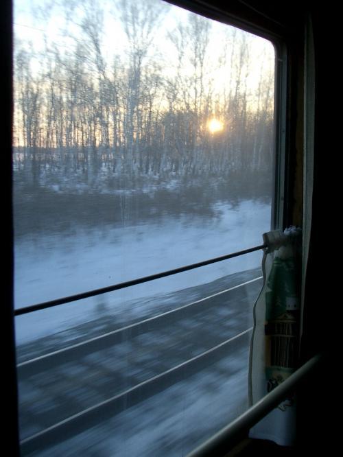 「シベリア鉄道」という森の大動脈を走り抜け、リトアニアの森の奥、彼らの言う「Heart of Forest」まで流れてきた。ここは、雪の積もる静かな森のあたたかい小屋。<br /><br />毛布を借りて横になると眠ってしまった。長かった旅の話でもしているのだろう、ぽつぽつと聞こえる彼らの言葉を耳にしながら。夢の中でまた夢を見るように。<br /><br />(了)<br /><br />http://www.jic-web.co.jp/study/jclub/info.html
