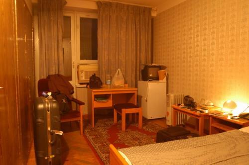 19時前にホテルへ到着。Lonely Planetに説明があったとおり100%ソヴィエトスタイルのタジキスタンホテルへチェックイン。<br /><br />10年前にウズベキスタンのサマルカンドで泊まったサマルカンドホテルと同じ、1985年のソヴィエトのホテルとも同じ、なんとなくノスタルジーを感じた。<br /><br />ホテルについては別立てにします。