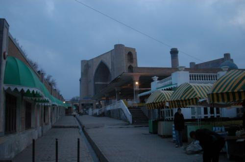 シャブ・バザールよりビビハニムモスクを望む。もうすっかり夜の帳が下りていました。