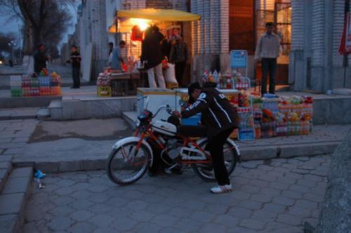 バイクをいじる少年