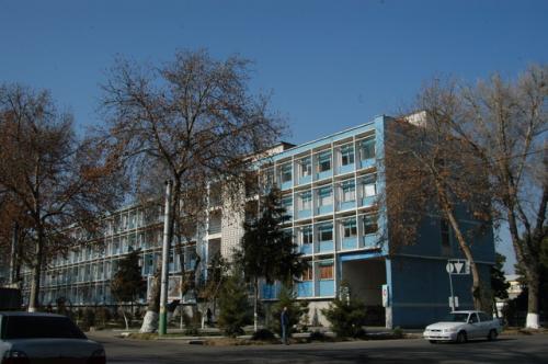 チムール像の後ろの通り沿いには庁舎など公共施設が並んでいる。その中のソヴィエト建築。色がサマルカンド色だった。