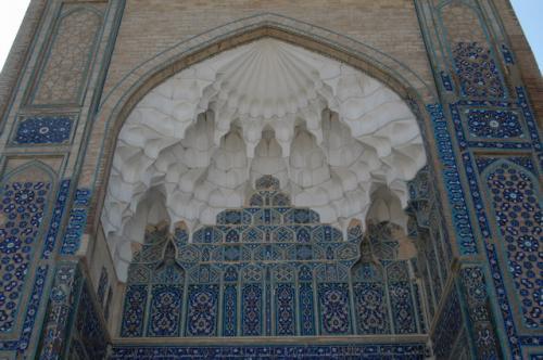 門の裏側のデザイン、反対側にチムール廟があり同じようなデザイン、こちらがメッカの方角とのこと。