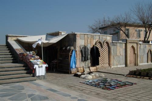 チムール廟階段横の土産物屋、既得権益なのだろう、今もって一つのお店、場所も変わらず。