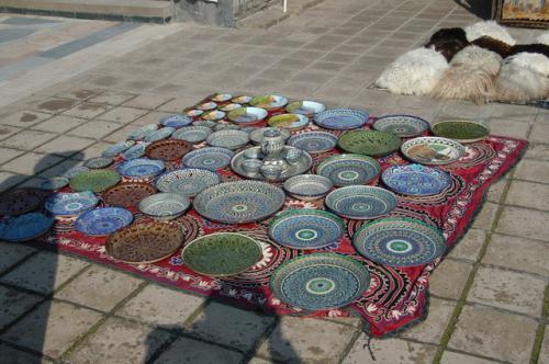 先ほどの宝石箱もそうだが、ウズベキスタンのどこへ行っても同じ工芸品を売っている。この陶器の皿はブハラでも見かけた。
