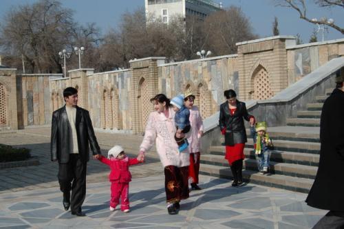 日曜日の午前、ウズベキスタンの家族連れがやってきた。