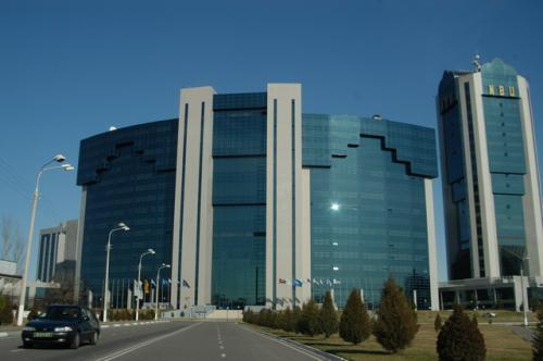 こんなに大きなビジネスセンター、凄いね!門から建物まで遠いこと。横に、インターコンチネンタルホテルがある。