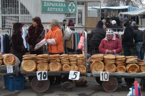 寒い寒いオッシュバザールの入り口付近でリピョーシカを売る人、値段が違うのは大きさだろうか。