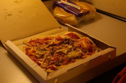 ドライバーに教えてもらったピッツェリアでビザを買い夕食にした。