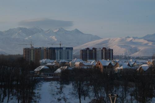 到着翌朝、ホテルのベランダからの眺め、雪景色の天山山脈が印象的だった。