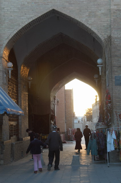 夕暮れ時のタキ・サラファン、丁度、日がタキの中へ差し掛かった。普段着のブハラ。