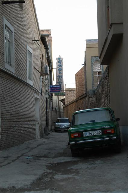 路地、左はブハラ建築様式のホテル、ラビハウズホテル。