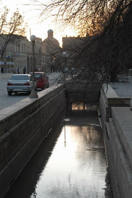 夕暮れ時、水路に写るブハラ。