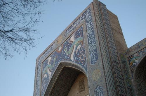 ナディール・ティバンベギ・メドレセ、タイルで鳳凰が描かれている。