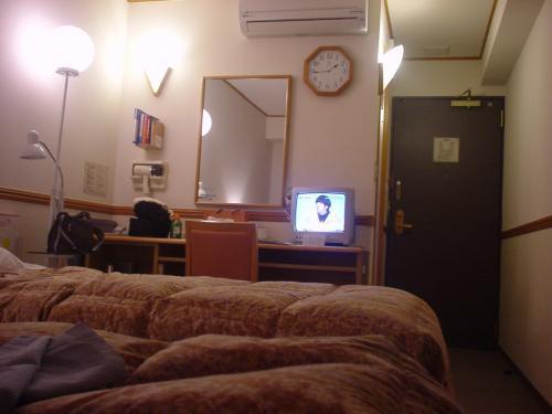 部屋はこんな感じ。はっきり言って狭かった。造りも安っぽい感じで、壁も薄く隣の部屋や廊下の物音が聞こえてしまうくらい、、、 でもオープンしたばかりでまだ新しいので部屋はキレイでした。宿泊料金が安いので前泊にはこれくらいのホテルで十分かも。