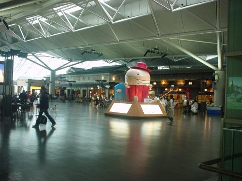 セントレア4階のスカイタウンへ行くと、そこには空港キャラクターの「なぞの旅人フー」の姿が。
