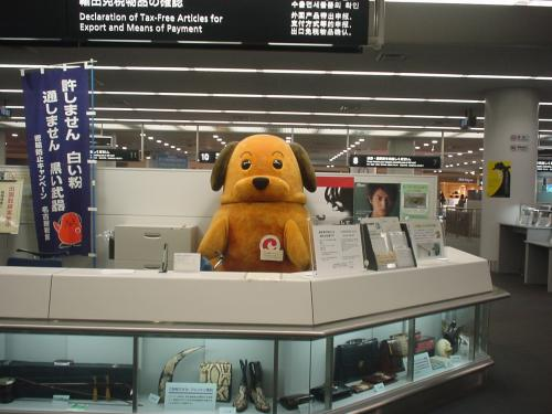 そろそろ出国しないと! 保安検査場を抜けると税関のキャラクター「カスタムくん」にも会えました。