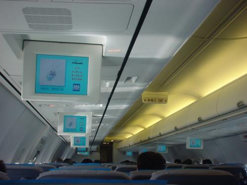 食後の機内の様子です。モニターで機内免税品の紹介してますね。