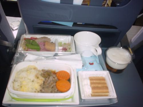 機内食です。飛行機に乗ったら当然ながらビールも欠かせません。