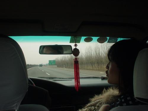天津空港から北京市内のホテルまではツアーで手配されていた車で移動。前の座席に座っているのは現地ガイドの于(う)さんです。高速で走って2時間近くかかりましたー