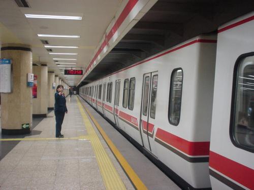 北京の地下鉄です。ここ(建国門駅)から王府井駅までは2駅でした。
