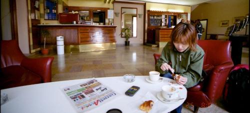 朝食は、カプチーノとパンバイキング。<br />なんとロビーのソファーで食べる。<br />パンがおいしい!