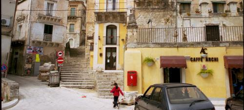 よいよ旧市街へ入って行きます。<br /><br />街の入口にて、小さなポストを発見。
