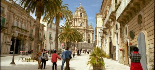 サン・ジョルジョ教会 と教会前のドゥオモ広場