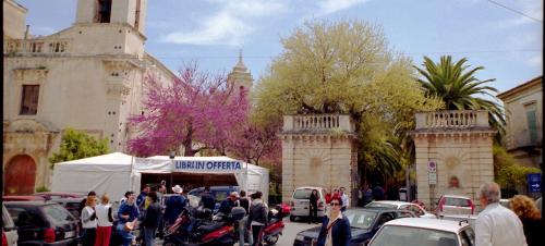 Giardino Ibleo(イブレオ庭園)に到着。<br />エントランス付近は、人がたくさん。<br />活気に溢れています