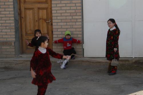 子供たちが縄跳びをして遊んでいた。この日は、日曜日、学校はお休み。