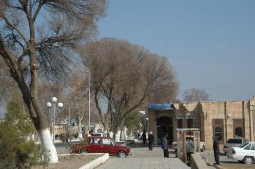 ビビハニム・モスクの前、タシケント通りからバザール方向。あー天気が良かった。