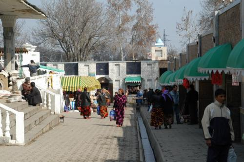 シャブバザール内部、地形が平地ではなく傾斜している。右が個別商店、左階段を上がったところがバザール(生鮮食料品)。