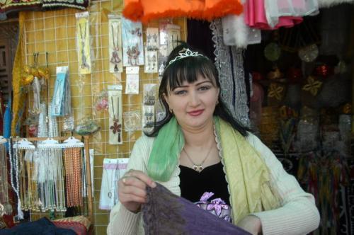 自らをモデルにショールを羽織ってくれた店主。
