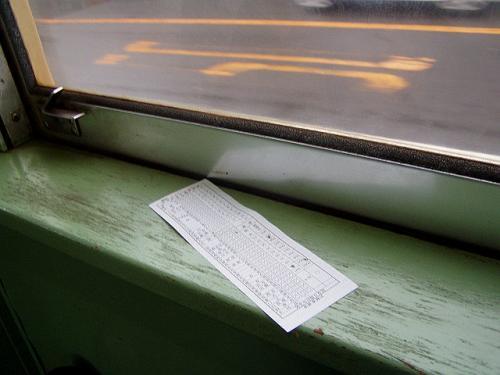 島原鉄道では、昼間はワンマン運転ですが、朝夕には車掌が乗務します。<br />切符を車掌から買うと、これまた懐かしい切符に穴をあける切符でした。<br />窓脇のテーブルも木のものでノスタルジックです