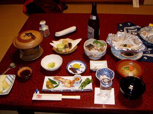温泉でさっぱりすると、部屋には夕食が用意されていました。<br />結構豪華です。これで1泊2食で8500円ですよ<br />刺身に鯛のホイル焼き、肉と野菜の陶板焼きなどなどと美味しいものばかりで、ご飯がすすみます。<br />