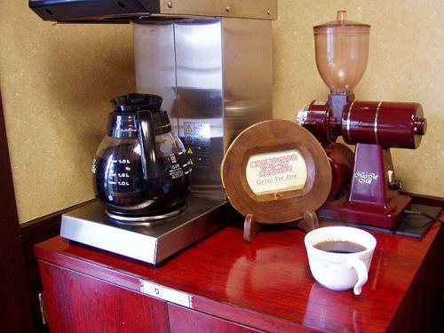 「ロビーにコーヒーの用意がありますのでどうぞ」と言われ、食後にコーヒーを頂く。<br />雲仙のおいしい湧き水で作ったというコーヒーは美味しかったです。<br />コーヒーも豆と水で味もかわりますからね