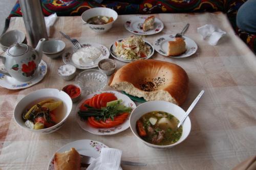 この日のランチメニュー、持ち込んだサマルカンドで買ったリピョーシカ、ショルバ、サラダ、この後メインが来る。リピョーシカとヨーグルトはよく合い、メインがなくてもお腹が一杯になってしまう。