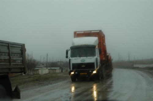 Guzorを過ぎてから小雨だったが、M41に出たころ雨脚が強くなってきた。大型トレーラーとすれ違う。トルコの車のようだ。