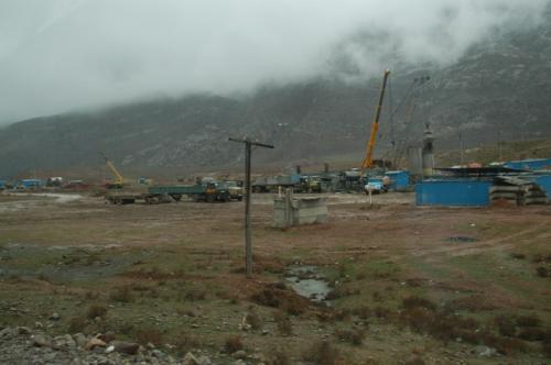 鉄道新線の工事現場、冬の終わりなのでこれから本格的な工事が再開されるのだろう。