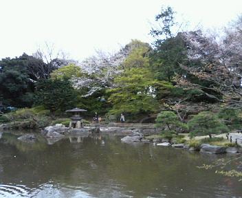 洋館の周りには、フランス風庭園がありますが、<br />奥に、日本庭園もあります。<br />池の周りをぐるりと一周。