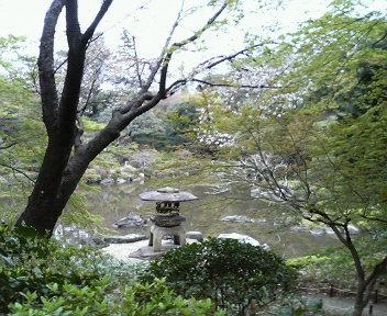 大きな灯篭が随所に配されています。<br />池では、鯉と亀が、餌を待って口をぱくぱく・・・ (いずこも同じ光景・・・笑)<br />