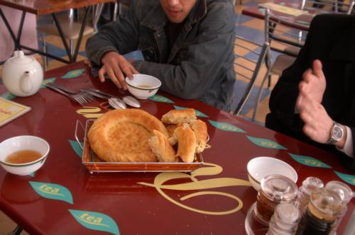 ウズベキスタンの流儀?先ず、リピョーシカとティーを注文する。ヨーグルトがあればなお良い。ここのティーはウズベキスタンで好まれるレモンティーではなく、普通の紅茶か緑茶になる。