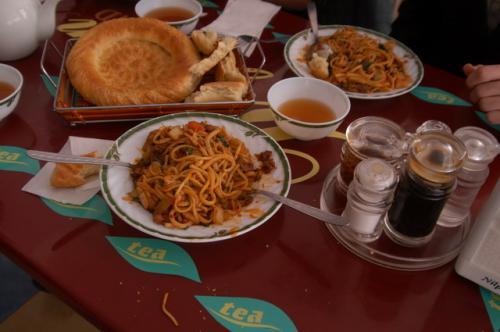 フライドラグマン、腰のある麺、野菜、醤油系の味付けでした。右に醤油、豆板醤のようなホットソースが用意されています。このホットソースがまたラグマンに良く合う。